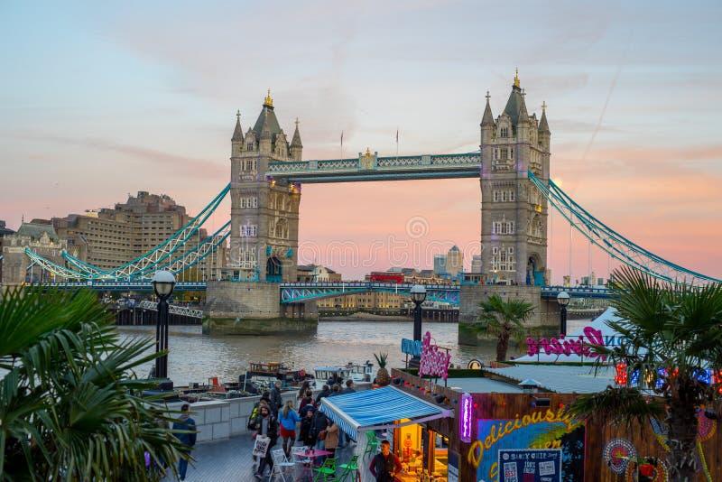 Turm-Brücke nach Sonnenuntergang mit Markt im Vordergrund lizenzfreie stockfotos