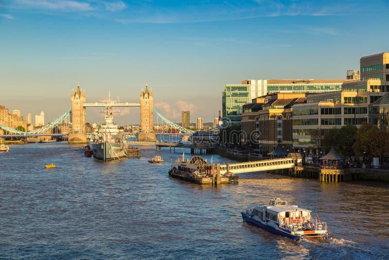Turm-Brücke und Kriegsschiff HMS Belfast in London lizenzfreie stockfotografie