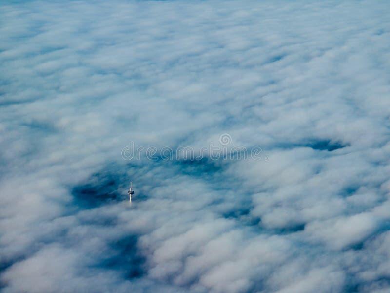 Turm in den Wolken lizenzfreie stockbilder