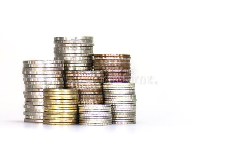 Turm der Münzen lokalisiert auf weißem Hintergrund lizenzfreie stockfotografie
