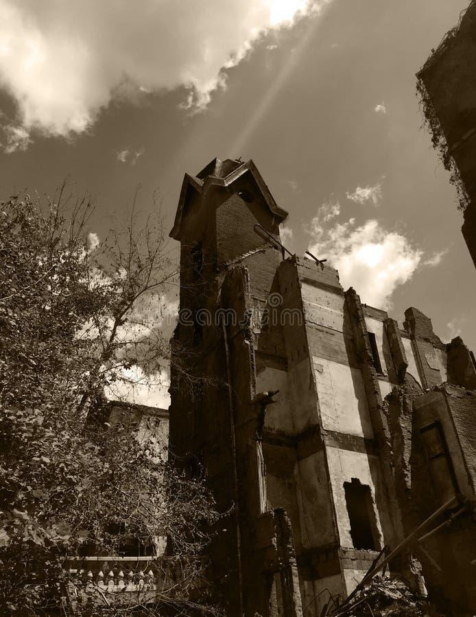 Turm des alten durch Feuer beschädigten Hauses lizenzfreie stockfotografie