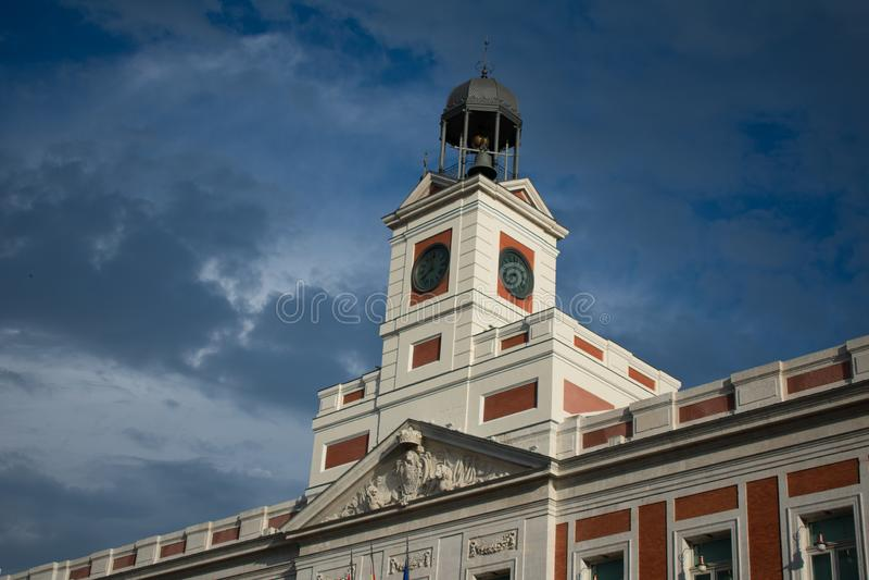 Turm des dunkelblauen Himmels Madrid-Sozialstation wieder stockbild