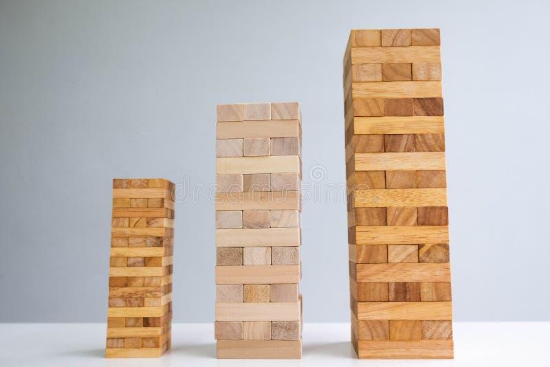 Turm des hölzernen Blockes mit Architektur, planendem alternativem Risiko und Strategie im Geschäftskonzept lizenzfreies stockfoto