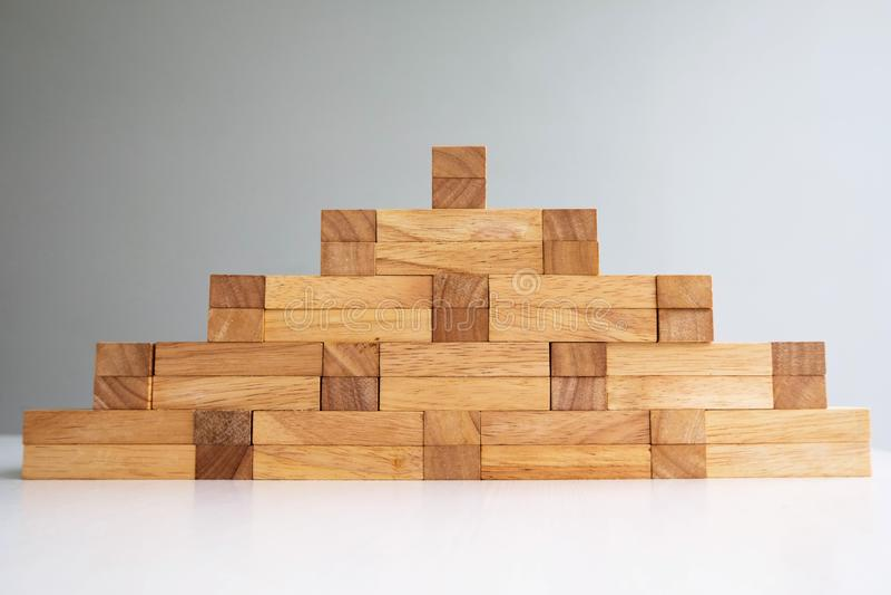 Turm des hölzernen Blockes mit Architekturmodell, planendem alternativem Risiko und Strategie im Geschäftskonzept stockfotografie