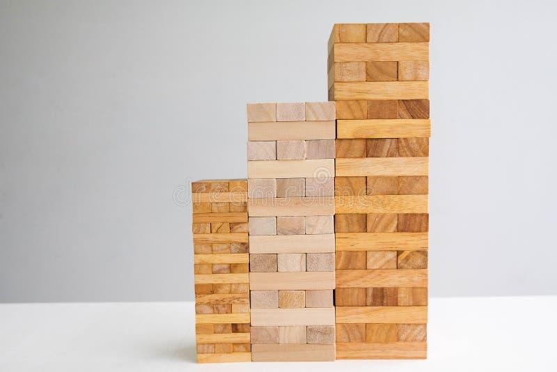 Turm des hölzernen Blockes mit Architekturmodell, planendem alternativem Risiko und Strategie im Geschäftskonzept lizenzfreies stockfoto