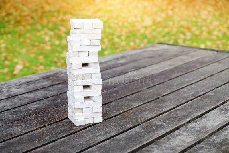 Turm des Holzklotz-Stapel-Spiels auf dem Tisch im Park oder in Backyar lizenzfreie stockfotos
