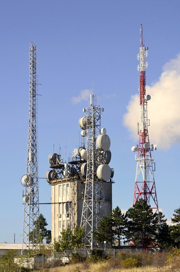 Turm mit Handyantennensystem lizenzfreies stockfoto