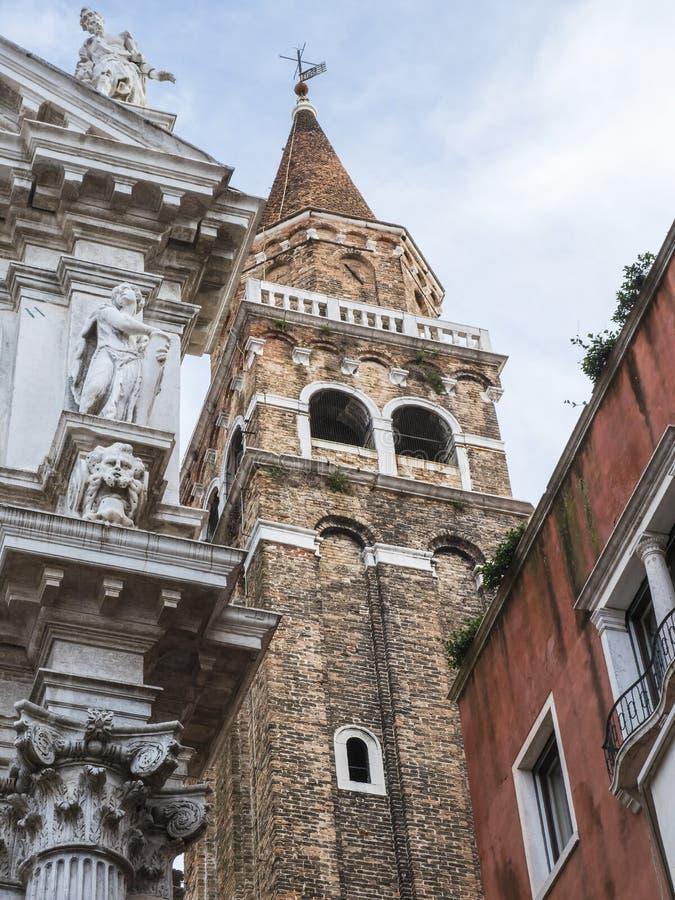 Turm nahe Kirche di San Moise, Venedig, Italien stockbilder