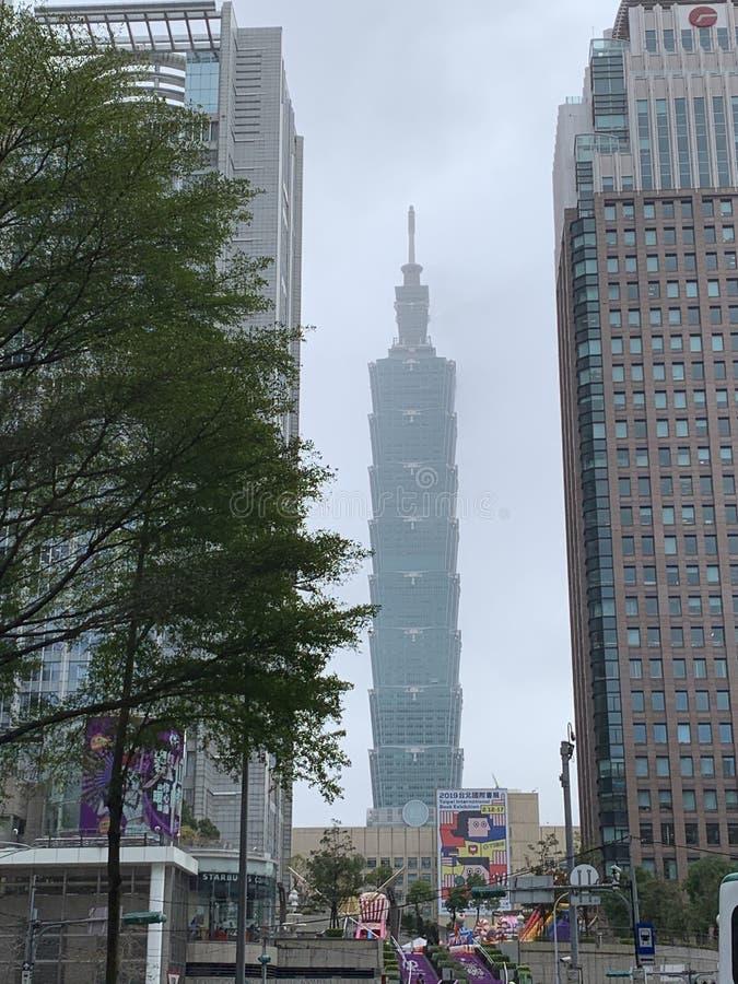 Turm Taiwans Taipeh 101 mit Buchmessefahne stockbild