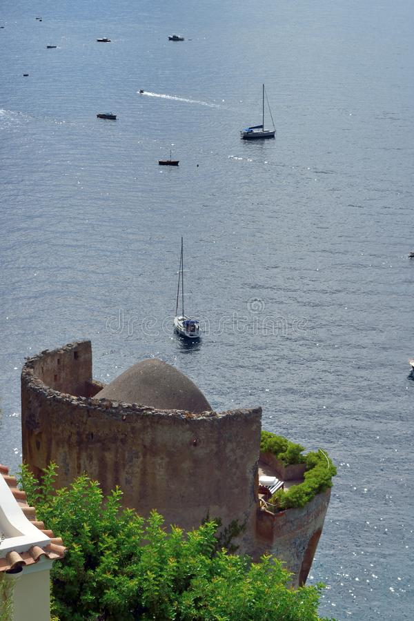 Turm und Boote Positano lizenzfreies stockbild