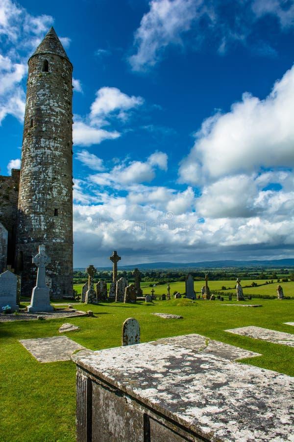 Turm und Friedhof am Felsen von Cashel in Irland stockfotografie