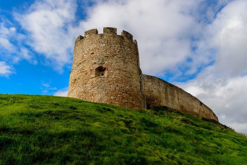 Turm und Wand von Torres Vedras-Schloss auf grünen Hügel, Portugal stockfotos
