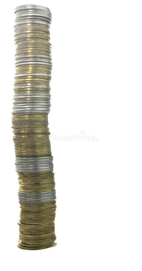 Turm von 100 Münzen auf einem lokalisierten Hintergrund lizenzfreie stockbilder