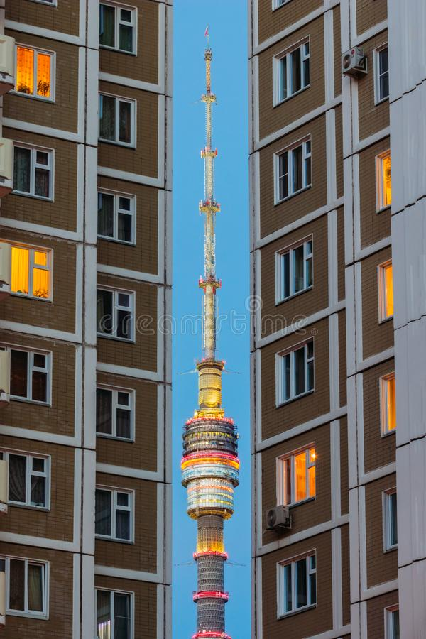 Turm von Ostankino im Abstand zwischen den Häusern stockfotografie