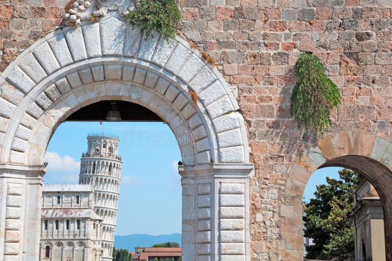 Turm von Pisa durch Haupteingang zur Stadt stockfotografie