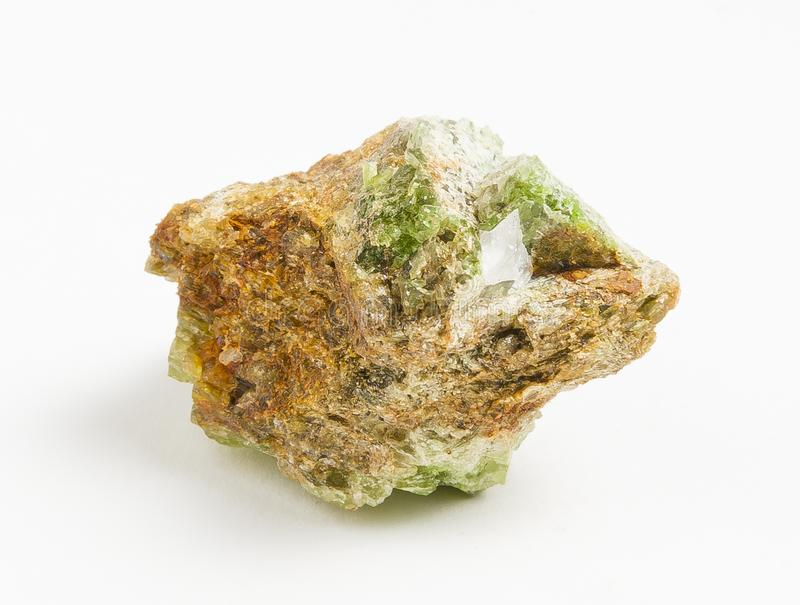 Turmalina verde do minério no fundo branco foto de stock royalty free