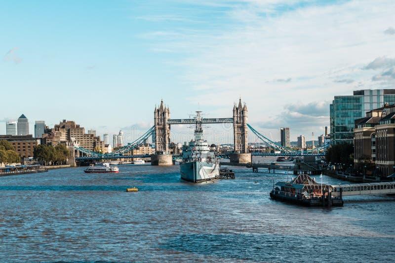 Turmbrücke und das Kriegsschiff HMS Belfast in London lizenzfreie stockfotos