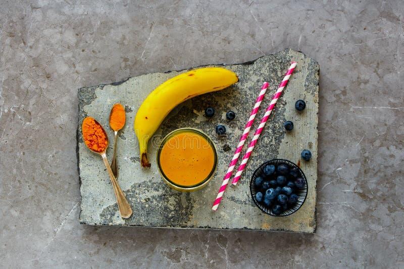 Turmeric μπανανών μάγκο καταφερτζής στοκ εικόνα