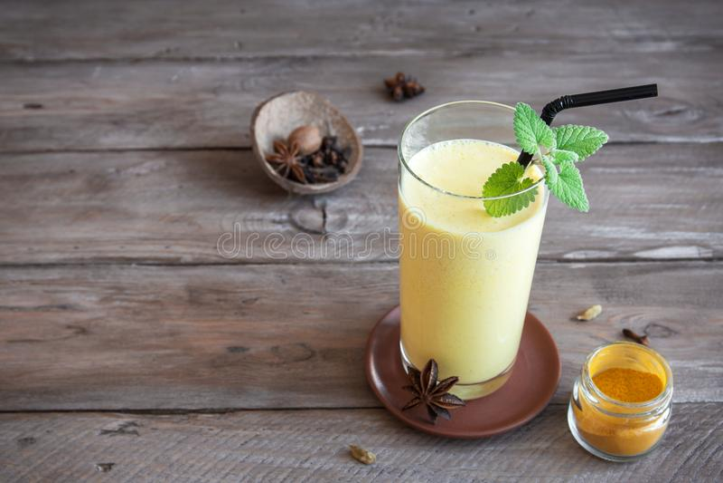 Turmeric ποτό Lassi στοκ εικόνα