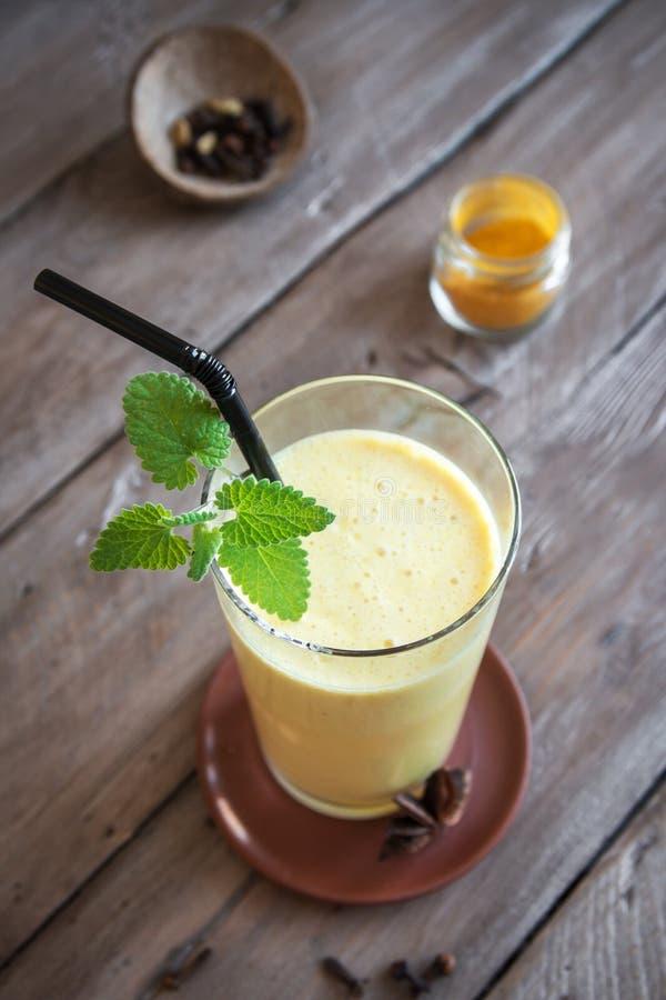 Turmeric ποτό Lassi στοκ φωτογραφία