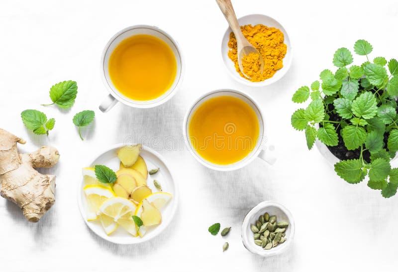 Turmeric, imbirowa podżegająca zielona herbata Zdrowy detox napój na lekkim tle zdjęcia royalty free
