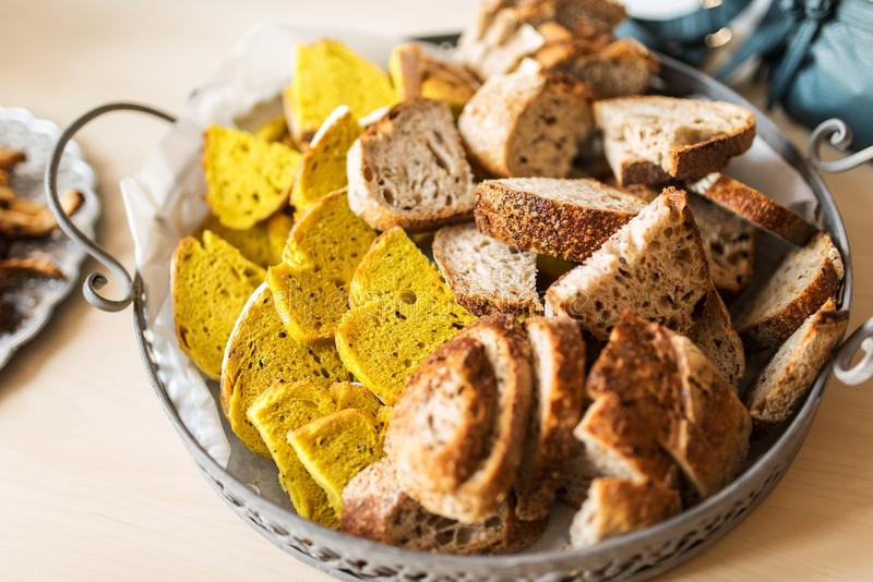 Turmeric nigella chleba i całej banatki chleba plasterki obraz royalty free