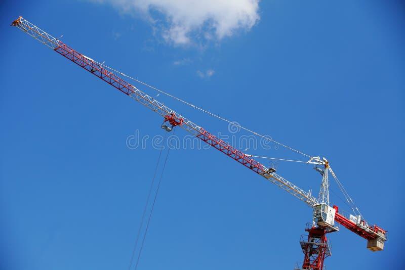 Turmkran auf dem Himmelhintergrund lizenzfreie stockfotos
