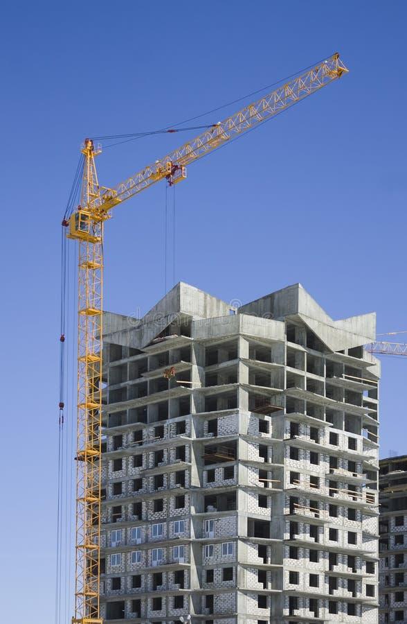 Turmkran und verstärktes Gebäude lizenzfreies stockbild