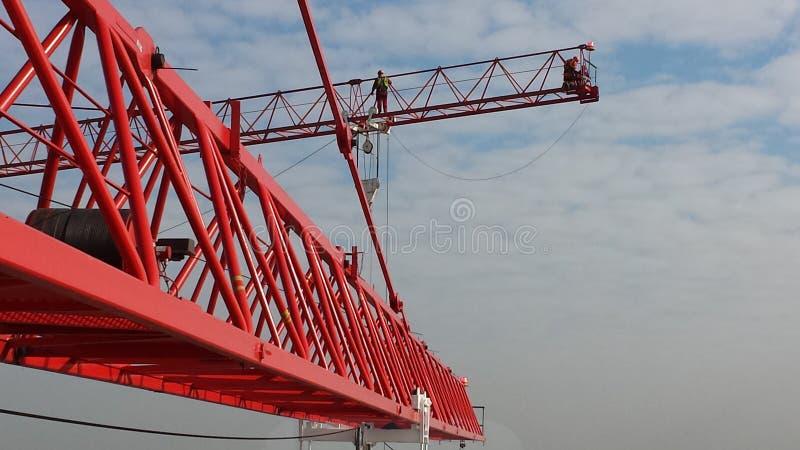Turmkrane Mann auf dem vorderen Kranbalken lizenzfreie stockbilder