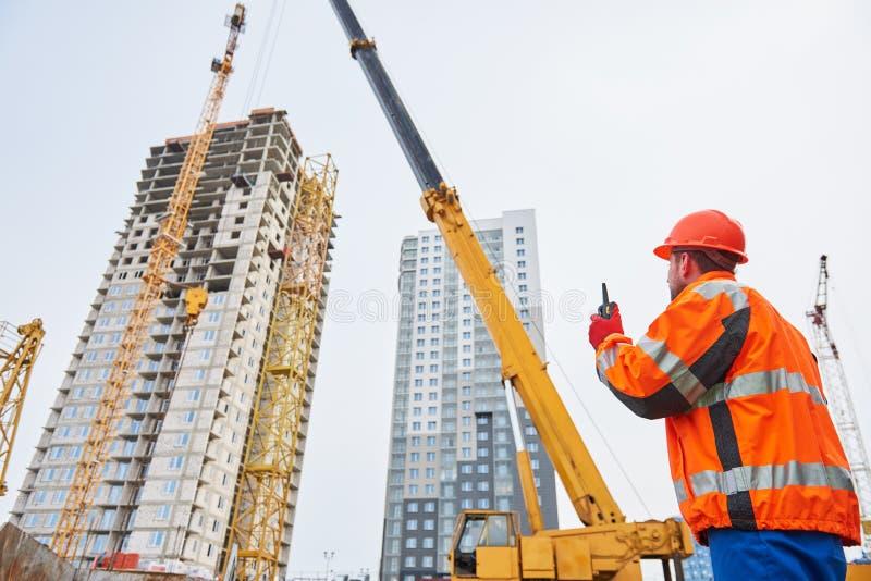 Turmkraninstallation des Industriearbeiters des Baus funktionierende stockbilder