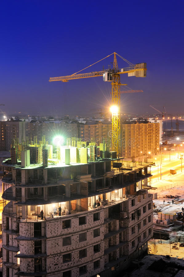 Turmkranladevorrichtung nachts lizenzfreies stockfoto