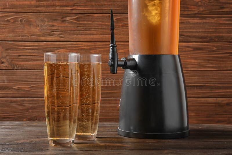 Turmzufuhr und -gläser mit kaltem Bier stockfoto