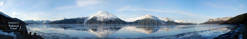 Turnagain-Arm-Panorama von Chugach-Bergen, die im Koch Inlet sich reflektieren stockbild