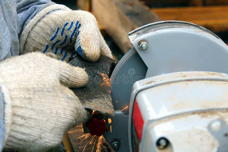 Turner aponta um machado na máquina imagens de stock