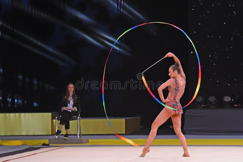 Turner führen am Wettbewerb der rhythmischen Gymnastik durch lizenzfreies stockfoto