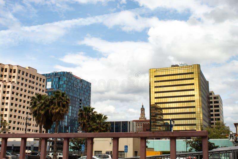 Turnera av f?retags kontor i i stadens centrum San Jose Area royaltyfri bild