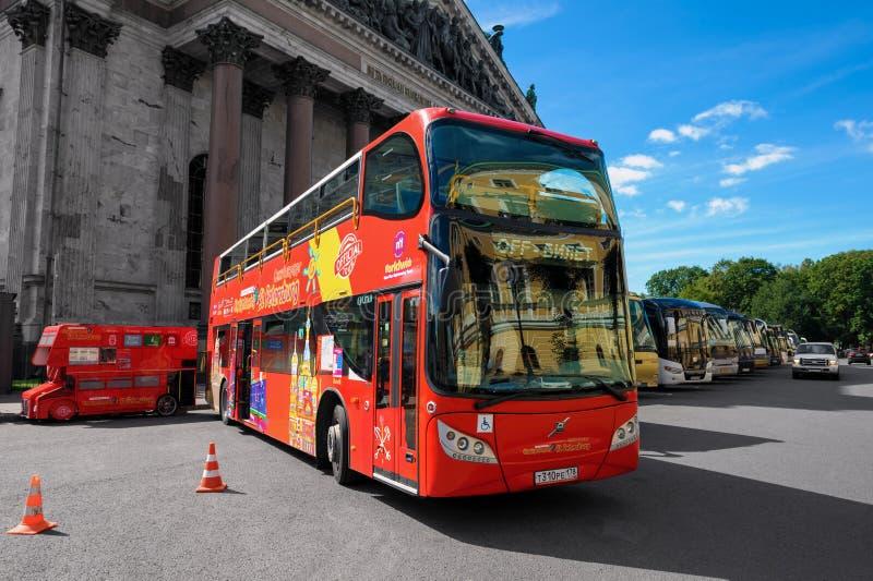 Turnera bussen nära landmerk arkivfoto