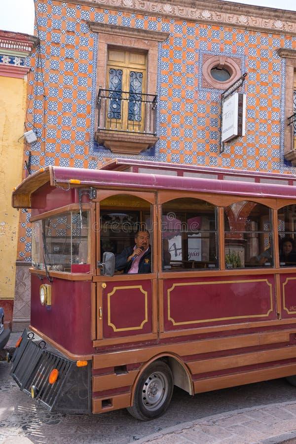 Turnera bussen som kör till och med den historiska mitten av Bernal Mexico royaltyfri bild