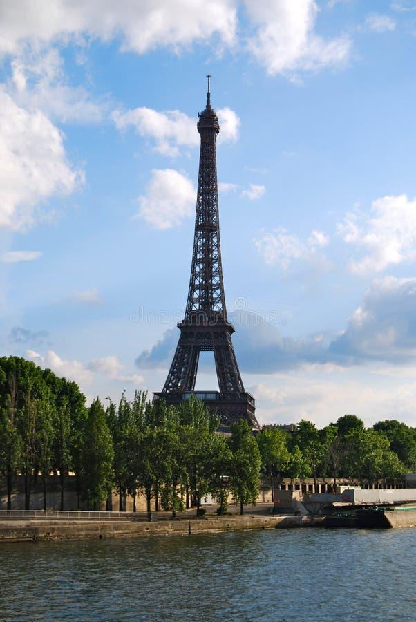 Turnera den Eiffel och flodSeine lodlinjen arkivfoton