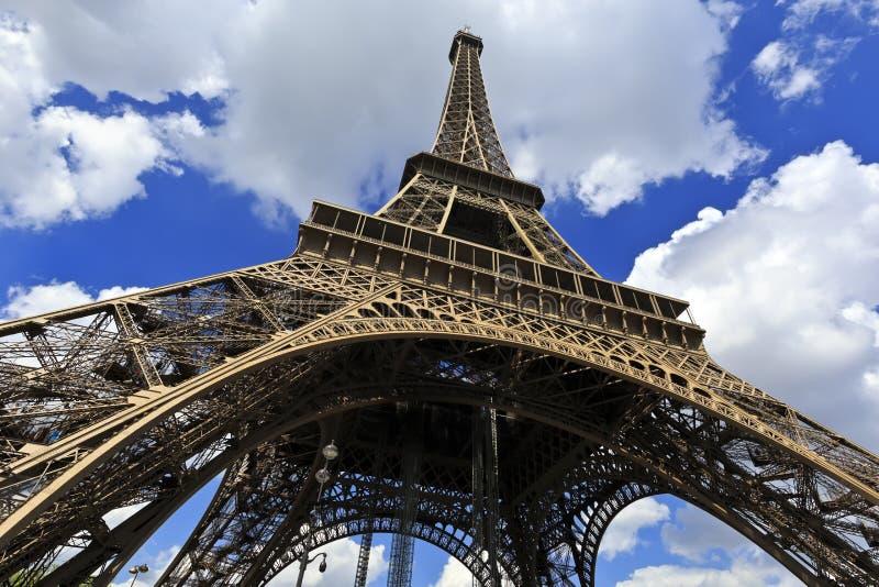 Turnera Eiffel, den Wideangle gatasikten - Paris royaltyfria foton