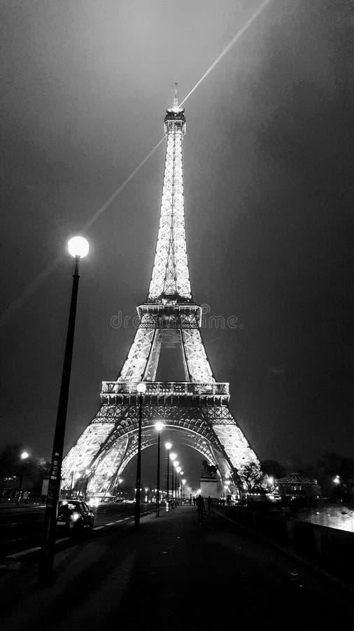Turnera Eiffel Paris på natten fotografering för bildbyråer