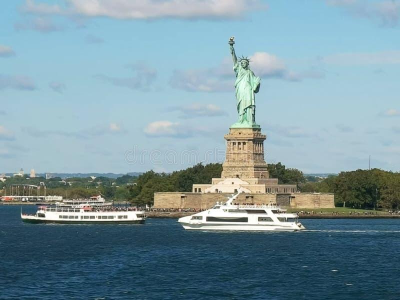 Turnera fartyg och statyn av frihet som är ny fotografering för bildbyråer