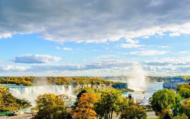 Turnera fartyget som att närma sig Niagara Falls i höst royaltyfria bilder