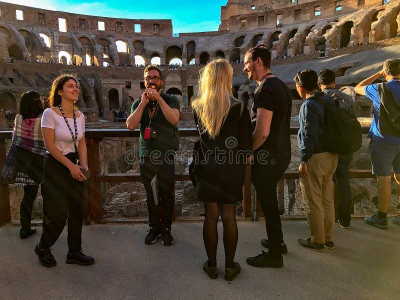 Turnera handböcker och turister på Colosseumen, Rome, Italien royaltyfria bilder