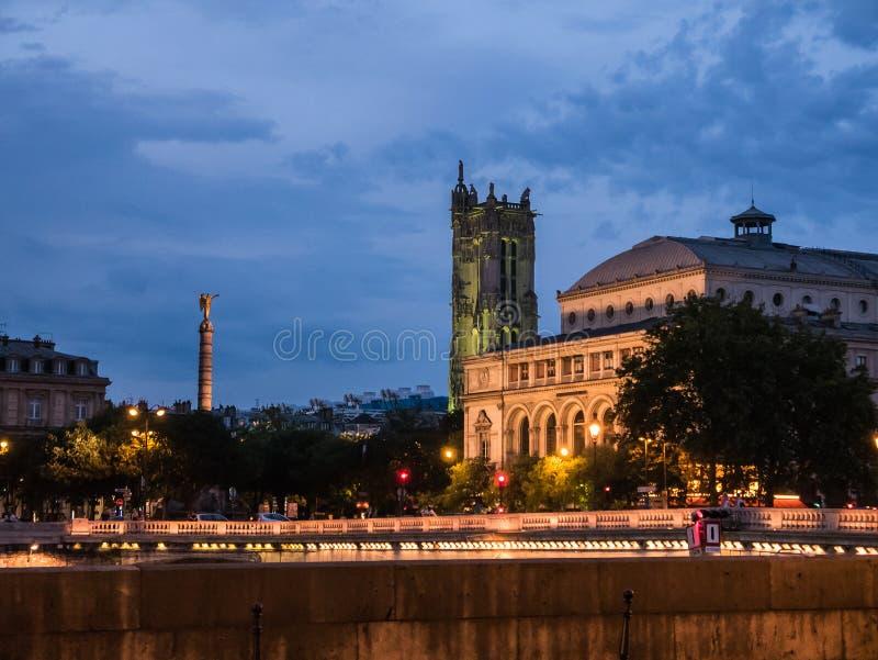 Turnera helgonet Jacques, Paris, på en sommarnatt royaltyfri foto