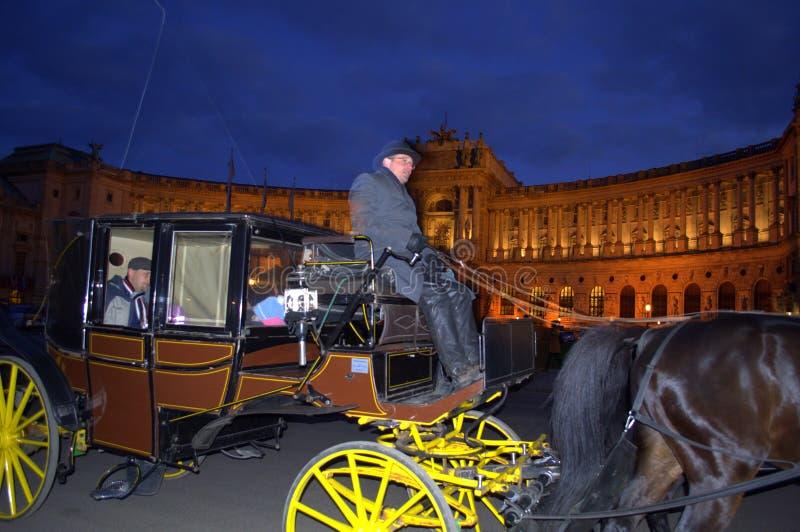 Turnera vagnen i Wien på natten royaltyfri bild