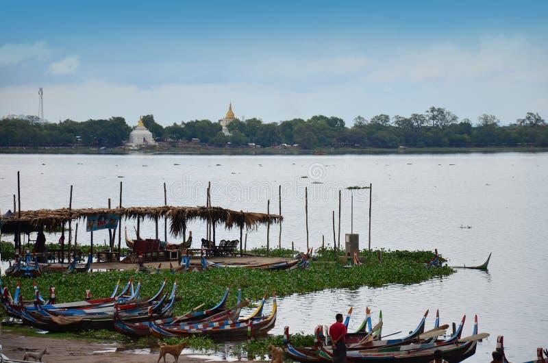 Turnerar den tjänste- handelsresanden för fartyget runt om Taungthaman sjön på ฺBridge för U Bein royaltyfri fotografi