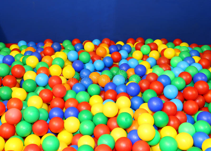 Turnhalle im Kindergarten mit vielen farbigen Plastikbällen stockbild