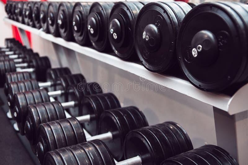 Turnhallen- und DummkopfgewichtsAusbildungsanlageen auf Sport Gesunde Leben- und Turnhallenübungsausrüstungen und Sportkonzept stockfoto