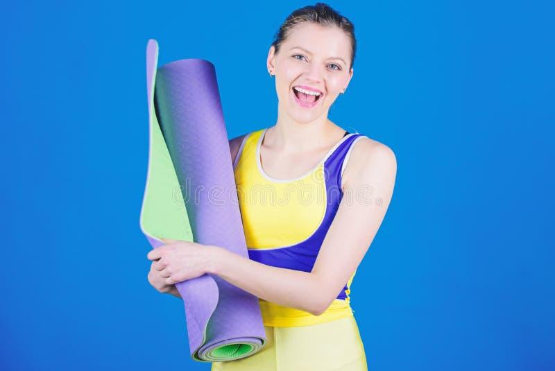 Turnhallenausr?stung Starke Muskelenergie Sportlicher Frauenzug in der Turnhalle Gl?ckliches Frauentraining mit Eignungsmatte Ges stockfotografie